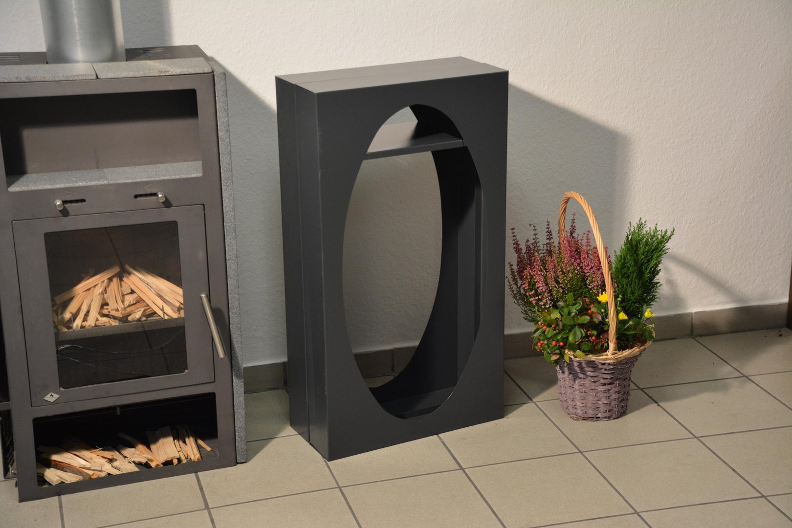 kaminholzregal metall oval innenbereich mit anfeuerholzfach. Black Bedroom Furniture Sets. Home Design Ideas